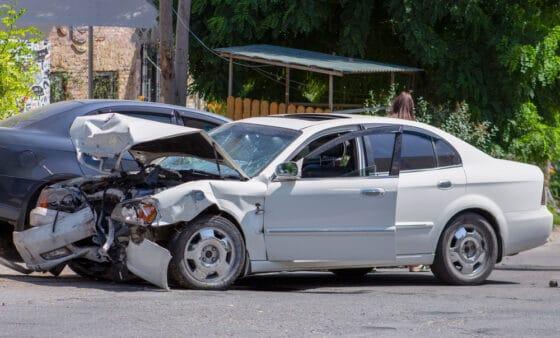 תאונת דרכים בין שני רכבים